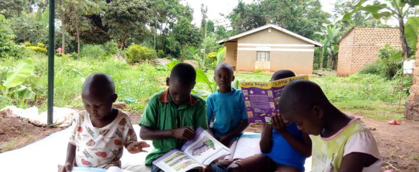 Minibibliotheek geopend in Oeganda